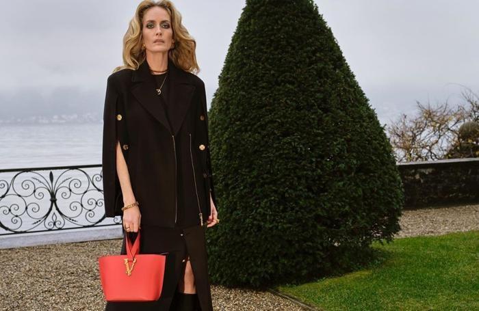 """Georgina Grenvile nel """"corto"""" della collezione pre autunnale Versace girato a Villa Balbiano"""