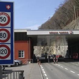 Valsolda, fiamme a quattro veicoli al valico  Lariano di 24 anni arrestato in Svizzera
