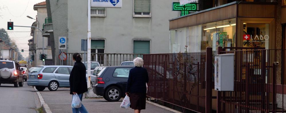 Minaccia il farmacista con un sasso  Rapinatore scappa con 300 euro