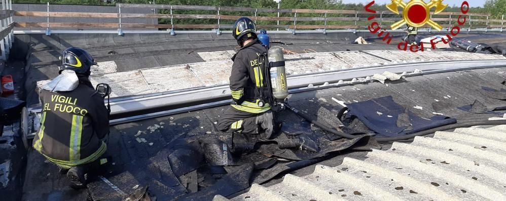 Tetto del capannone in fiamme  A Mozzate pompieri mobilitati