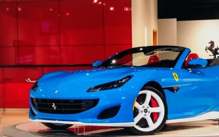 Una Ferrari Portofino speciale  Il vestito è Azzurro Lechler