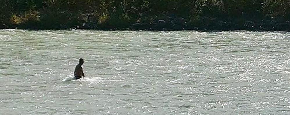 «Cerco mia figlia nel fiume,   non posso smettere» (video)