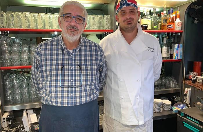 Angelo Petta con il figlio Davide al bancone della loro pizzeria-trattoria