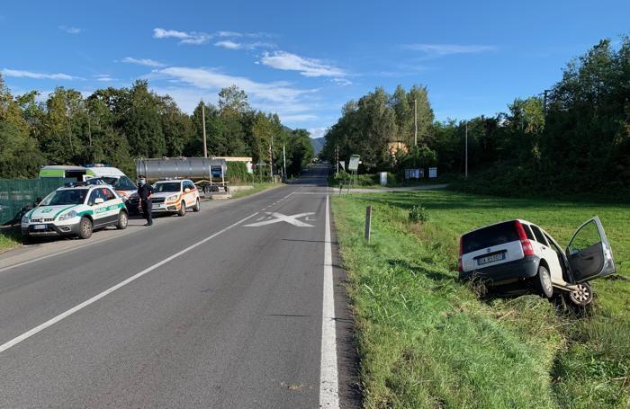 L'auto uscita di strada poco prima del passaggio a livello sulla Valassina a confine con Monguzzo