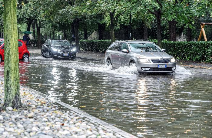 La situazione di questa mattina in viale Varese, vicino alla basilica del Crocifisso