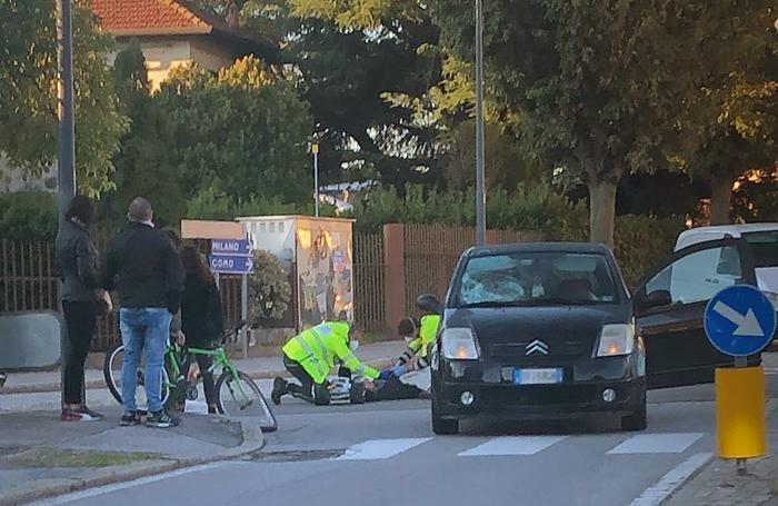 I soccorsi al ciclista ferito alla rotonda di San Maurizio