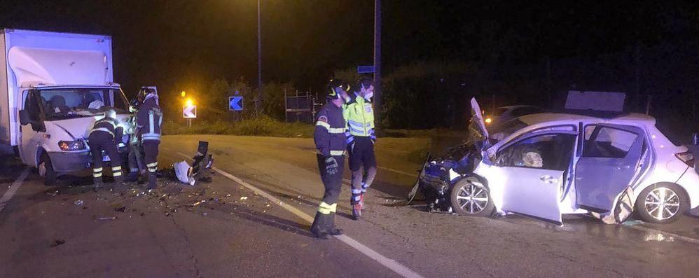 Erba, ciclista ferito alla rotonda  Lurago, scontro nella notte