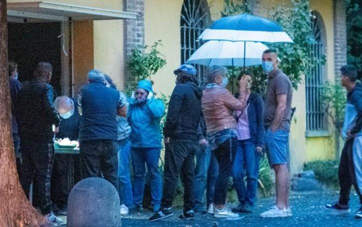 L'ennesimo schiaffo ai più poveri  Sotto la pioggia per ricevere il cibo