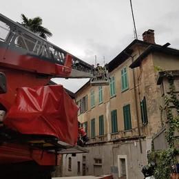 Olgiate, cade pezzo di tetto Paura in via Manzoni