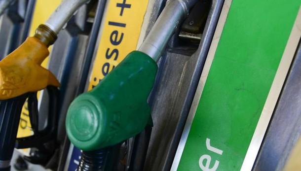 Benzina, sfida al centesimo con la Svizzera Ma il diesel conviene di più in Italia