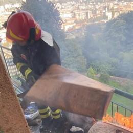 Como :scappa dall'ospedale  e incendia la casa. Lo salvano due agenti