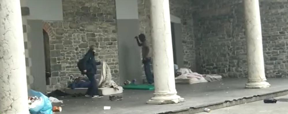 Como: via la coperta a un senzatetto  Bufera sull'assessore Corengia  Il Pd di Milano: «Si dimetta»