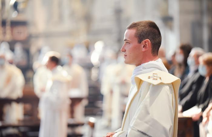 Luca Giudici ascolta le parole del vescovo