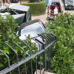 Perde il controllo dell'auto  E si ritrova in un giardino