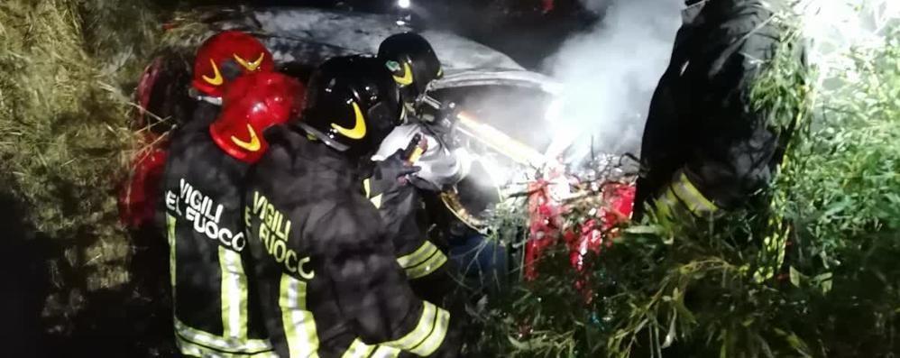 Ragazza morta nell'auto in fiamme  Anche il fidanzato non ce l'ha fatta:  è deceduto nella notte