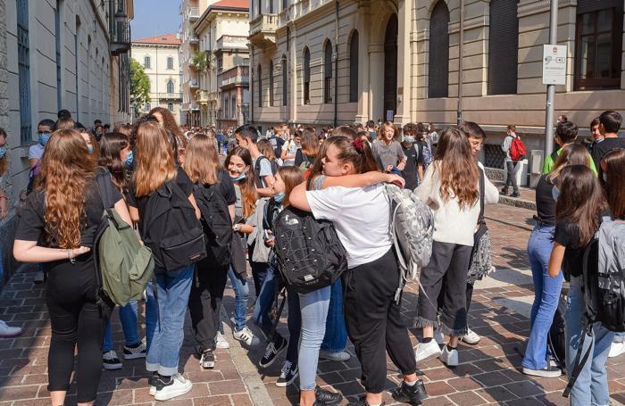 Como studenti all'uscita del Liceo Teresa CIceri