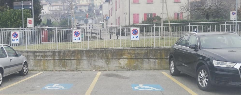 Abusivi nel parcheggio dei disabili  San Fermo non fa sconti: 200 multe