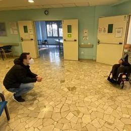 L'incontro tra nonno e nipote  In una foto il senso della vita