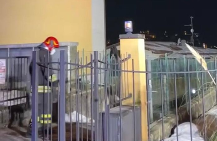 Un vigile del fuoco in via Dosso a Valbrona