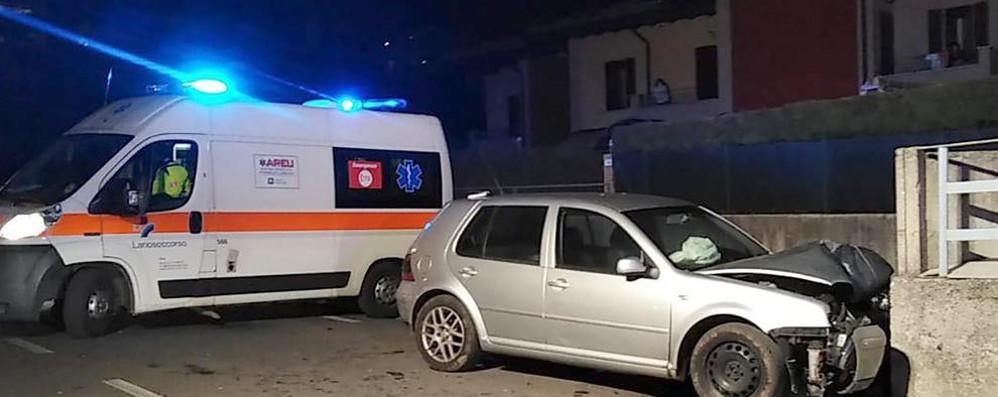 Albavilla, auto contro muro  Ferito giovane di Albese