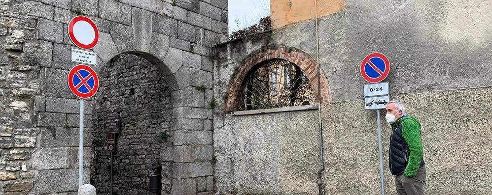 Basta sosta selvaggia a Villincino  «Ma via i cartelli dai monumenti»