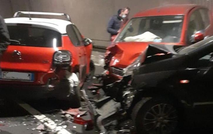 Brienno, scontro in galleria  Quattro feriti, tre auto coinvolte