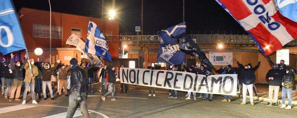 I tifosi fuori dallo stadio  Cori e bandieroni