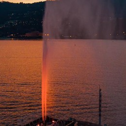 """Nuove luci sui monumenti  La fontana diventa """"rossa"""""""