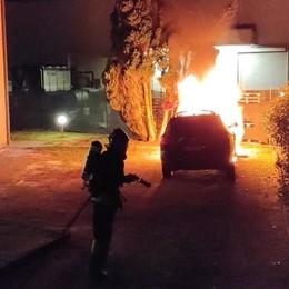 Olgiate, tetto in fiamme  Auto bruciata a Bulgaro