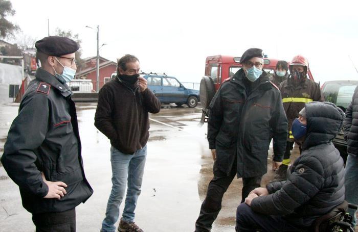Il sindaco Claudio Raveglia a Mastena con i carabinieri e i vigili del fuoco