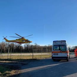 Scontro con un'auto a Ponte Lambro  Motociclista soccorso in elicottero