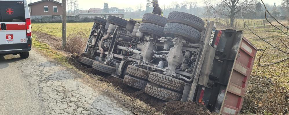 Camion si ribalta fuori strada  Un ferito a Bregnano