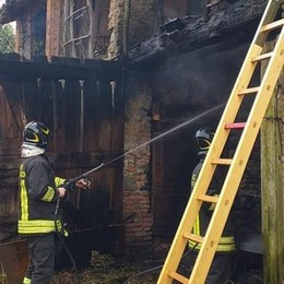 Incendio in una cascina  Vigili del fuoco a Fino