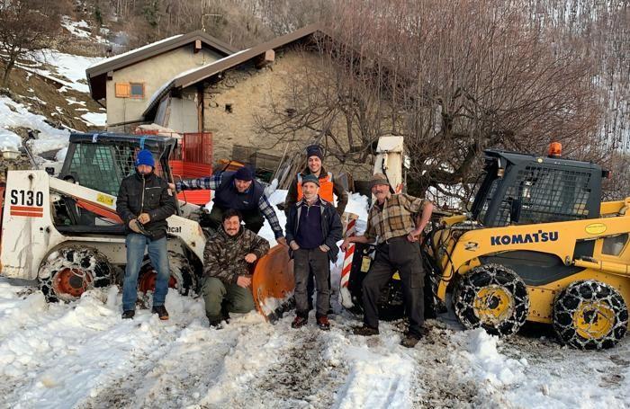 In posa, soddisfatti, all'Alpe Colmenaccio dopo avere sgomberato la neve lungo 4 chilometri di strada