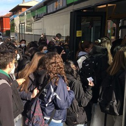 Troppi ragazzi sul bus  Senna parte con le navette