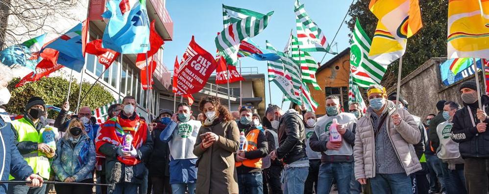 Henkel, la protesta  scende in strada  L'azienda fa muro