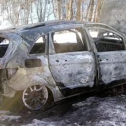 Sormano, auto in fiamme  Paura per donna