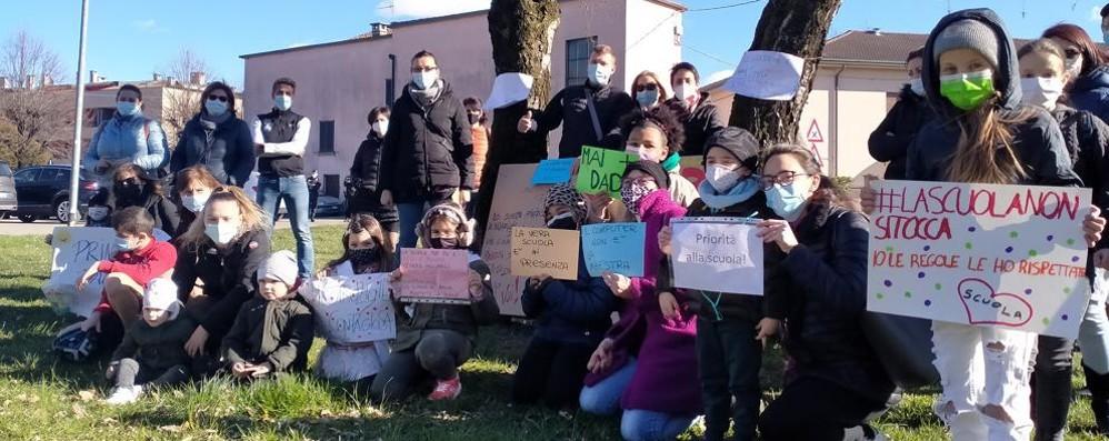 Carugo, la protesta dei genitori  «Basta dad, riaprite le scuole»