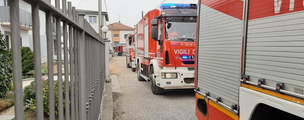 In fiamme il tetto di una villetta  Quattro mezzi dei pompieri