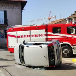 Incidente alla rotonda  Auto ribaltata a Figliaro