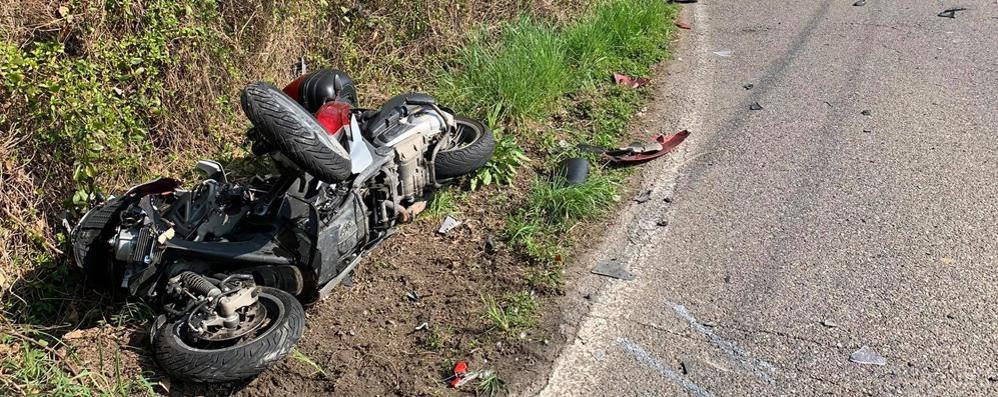 Incidente con il camion dei rifiuti  Scooterista soccorso a Figino