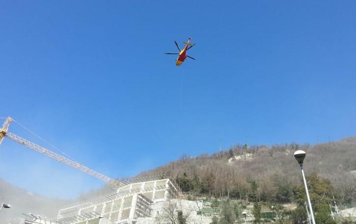 Operaio si ribalta con una ruspa  Arriva l'elicottero a Carate Urio