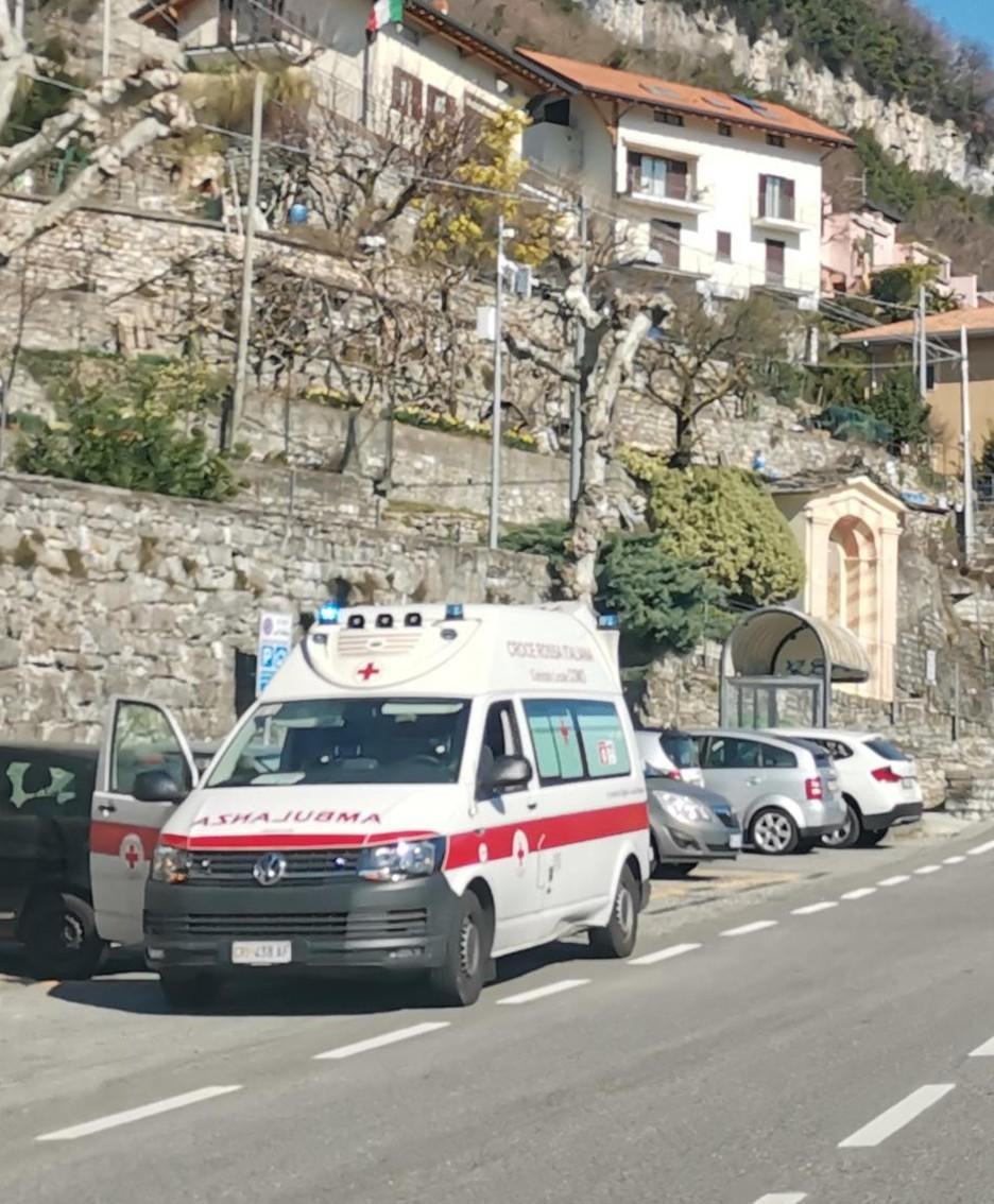 L'ambulanza in attesa del ferito