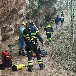 Rincorre il suo cane in fuga  Bloccata nel dirupo a Canzo