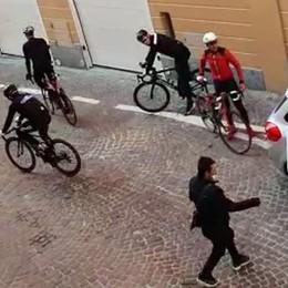 Ciclisti in contromano  Sfiorata la rissa ad Asso