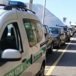 È assalto di turisti sul lago  Parcheggi esauriti dal mattino