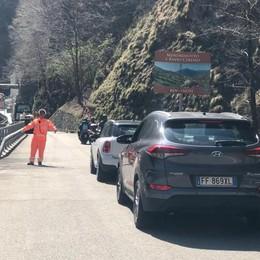 Lanzo, gli svizzeri asfaltano la dogana  Tutti fermi per un'ora e mezza