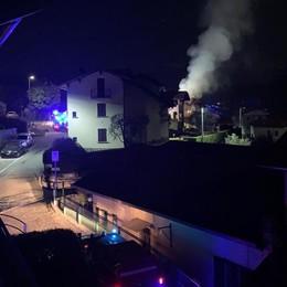 Lenno, brucia il tetto di una villetta  Pompieri al lavoro nella notte