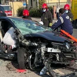 Pauroso incidente a Cermenate  Scontro tra auto, conducenti intrappolati