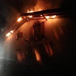 Pellio, brucia tetto di villetta  Pompieri al lavoro per ore